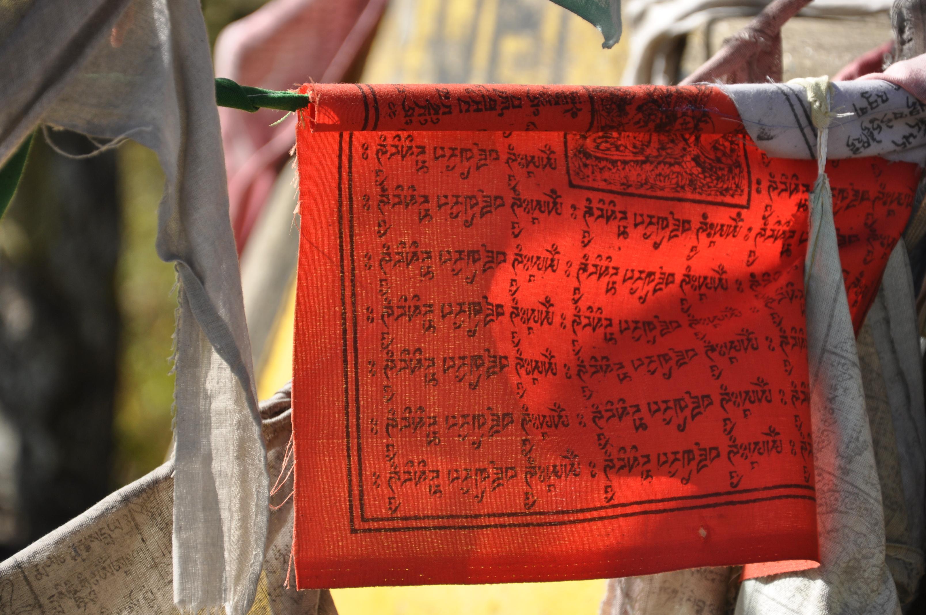 Ein rotes Tuch. Mit Friedenszeichen