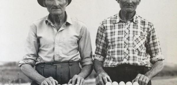 Am Anfang ist das Ei. Foto: Janos Stekovics. Zwei Einödbauern, Zwillinge, in Ungarn.